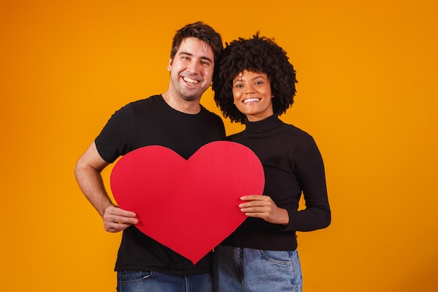 Valentijnspaar met een papieren hart. valentijnsdag concept