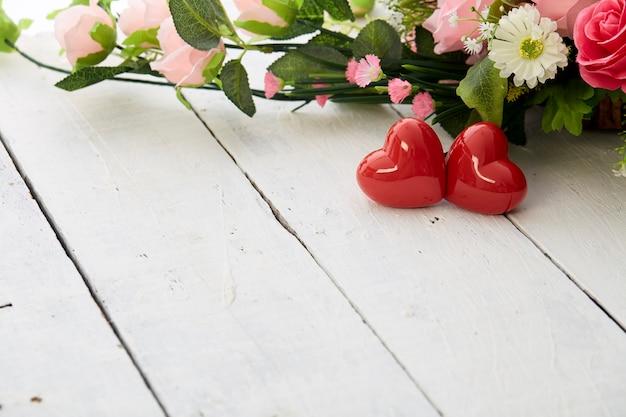 Valentin dag romantisch rood hart en kleurrijk bloemenboeket op witte houten tafel