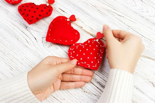 Valentine-achtergrond met genaaide hoofdkussen diy met de hand gemaakte harten