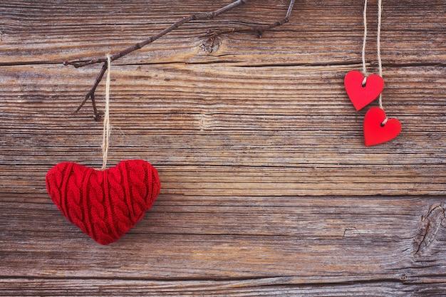 Valentine achtergrond. rode harten op houten achtergrond. toned, soft focus, kopie ruimte