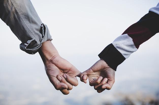 Valentine dag achtergrond. gelukkige paar hand in hand samen als altijd liefde.
