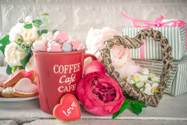 Valentine dag achtergrond met pioenroos bloemen en warme chocolademelk