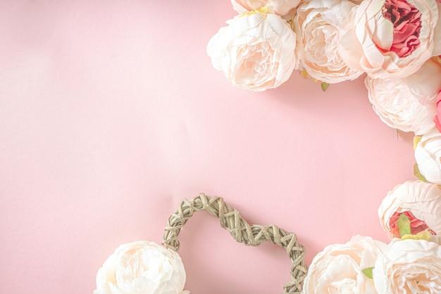 Valentine dag achtergrond met tedere roze rood witte pioenroos bloemen en hart