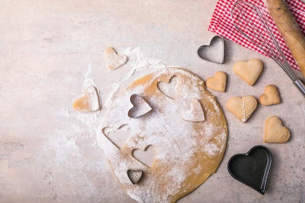 Valentine dag bakken achtergrond. ingrediënten voor het koken van valentijnsdag hart. bovenaanzicht kopie ruimte.