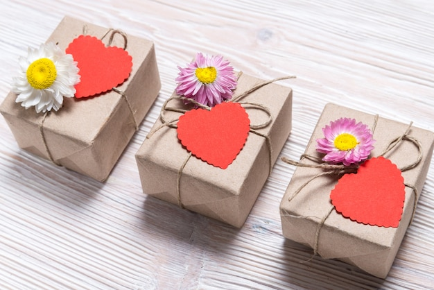 Valentine-dag drie giftdozen op houten achtergrond