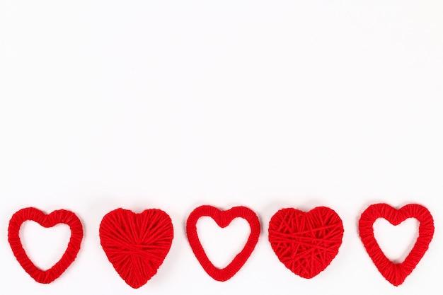 Valentine dag lay-out. rode zelfgemaakte diy harten gemaakt van karton en garen