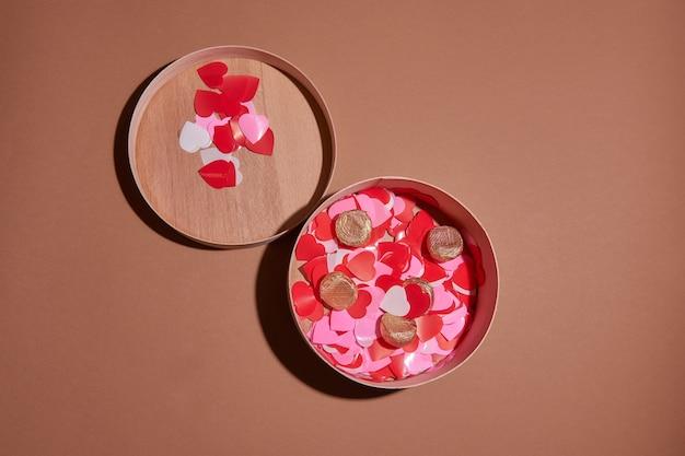 Valentine-dagsamenstelling met exemplaarruimte. huidige of giftdoos met lintboog en rode harten.