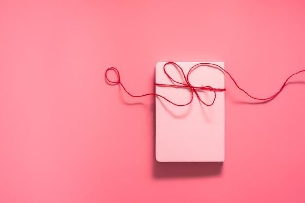 Valentine day-concept, liefde dagelijks met rode harten op roze achtergrond