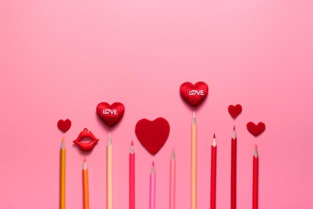 Valentine day-concept, rood harten en kleurenpotlood op roze achtergrond