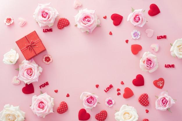 Valentine day-geschenkdoos met rode harten en rozen op roze achtergrond