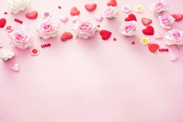 Valentine day-geschenkdoos met rode harten en rozen op roze backgro