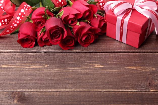 Valentine gift box en rozen op houten achtergrond