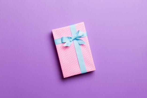 Valentine-giftdoos op gekleurde achtergrond, hoogste mening