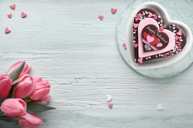 Valentine hart cake met chocolade, suiker decoraties en tekst