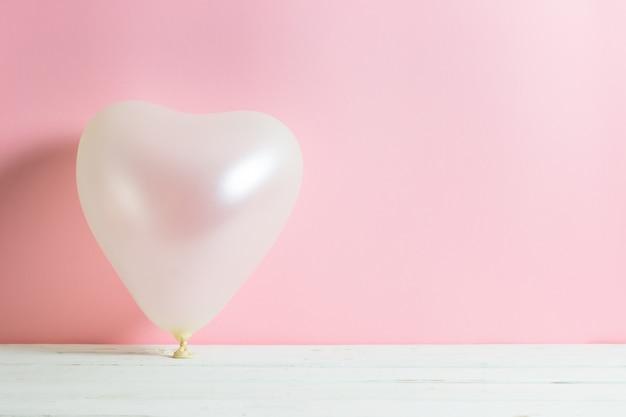 Valentine-hartballon op pastelkleur roze achtergrond