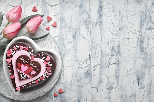 Valentine-hartcake met chocolade, decoratie en tekst