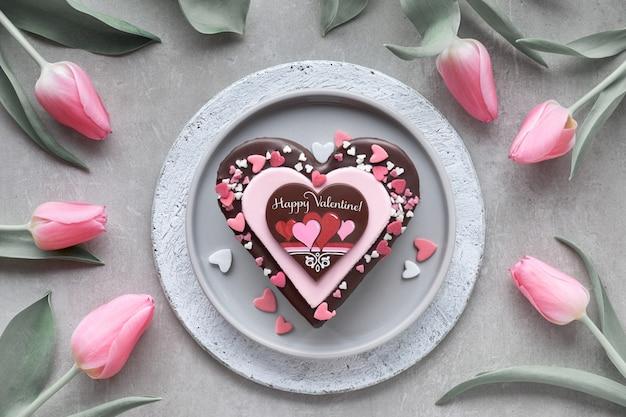 Valentine-hartcake met chocolade, suikerdecoratie en tekst