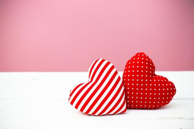 Valentine-harten op houten achtergrond. minimaal concept.