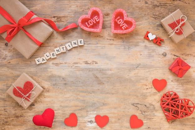 Valentine-inscriptie met geschenkdozen op tafel