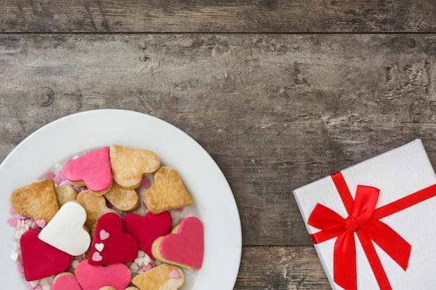 Valentine-koekjes met hartvorm op houten oppervlakte hoogste mening