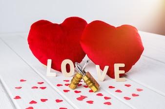 Valentines achtergrond met rood hart vorm en paar combinatie hangslot op witte houten tafel