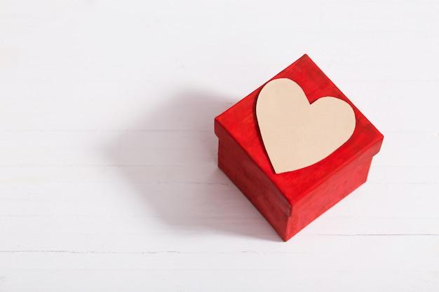 Valentines cadeau met rood hart