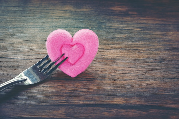 Valentines diner romantische liefde eten en liefde koken concept romantische tabel instellen versierd met vork en roze hart op houten