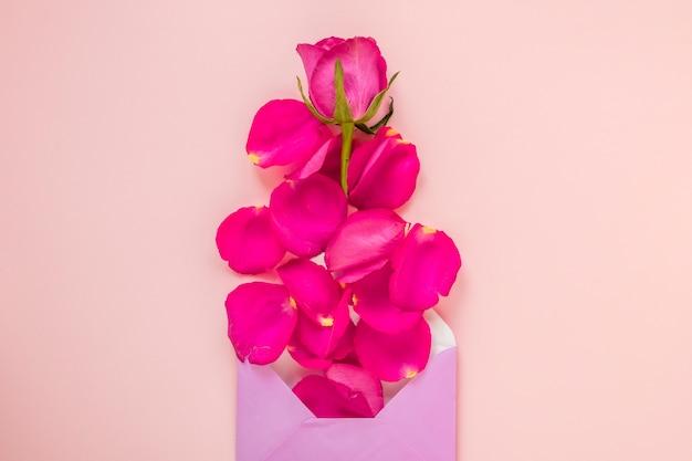 Valentines envelop met roos en bloemblaadjes