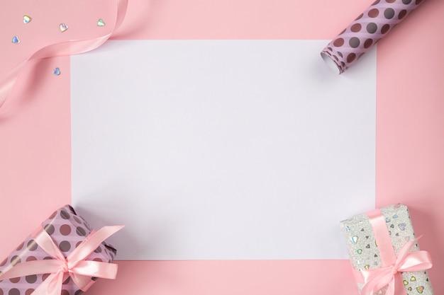 Valentines frame plat leggen met geschenken, roze linten en glitter hartjes.