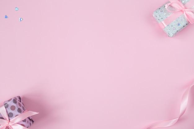 Valentines plat lag met geschenken, linten en glitterharten.