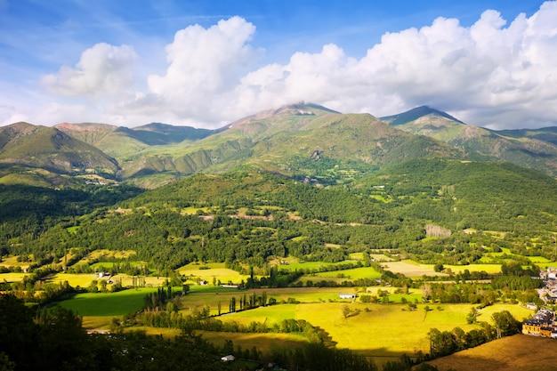 Vallei bij bergen van de pyreneeën
