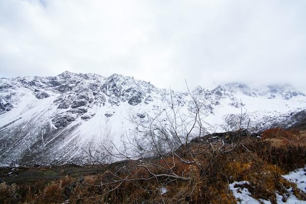 Vallei en bergen in het begin van de winter in india