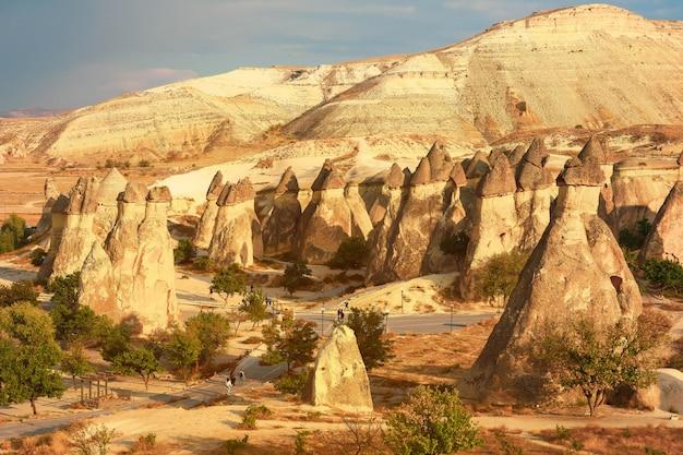 Vallei met de zanderige bergen van cappadocië. fantastisch landschap.