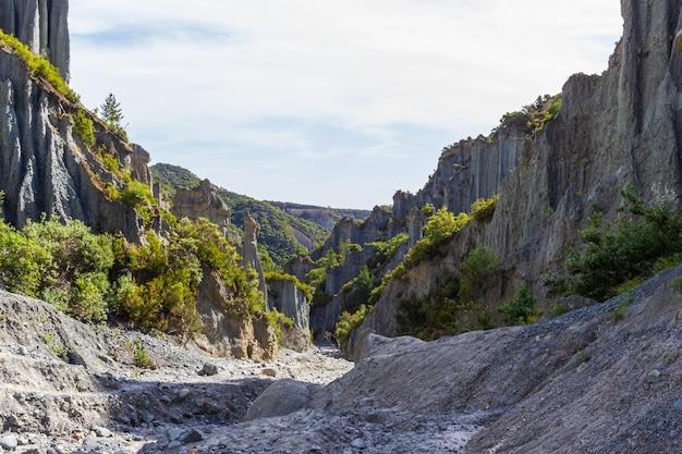 Vallei tussen de rotsen. schoonheid van putangirua pinnacles. north island, nieuw-zeeland