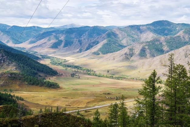 Vallei van maly ilgumen rivier chuysky tractus uitzicht vanaf chiketaman pas berg altai rusland