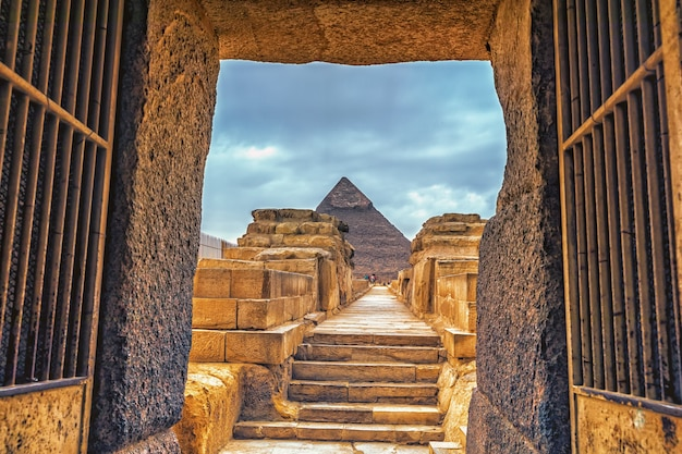 Valleitempel van chefren en de piramide van chefren in giza, egypte.
