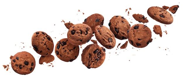 Vallende gebroken chocoladeschilferkoekjes geïsoleerd op wit met uitknippad