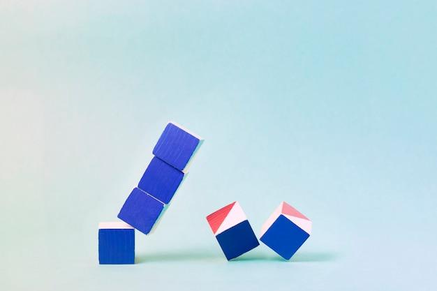 Vallende gekleurde kubussen symboliseren de financiële crisis