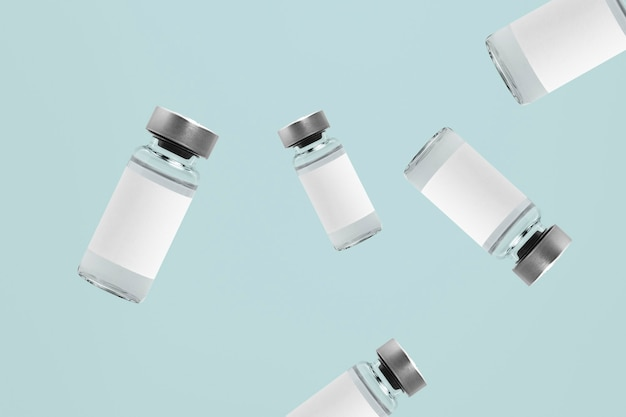Vallende glazen injectieflacon flessen met witte etiketten