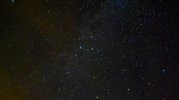 Vallende sterren op de achtergrond van een sterrenhemel met sterrenbeelden, nevels en sterrenstelsels. timelapse van het heelal en de kosmos