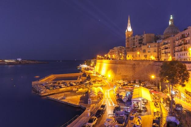Valletta skyline met kerk van onze lieve vrouw van de berg karmel en st. paul's anglicaanse pro-kathedraal, in de donkere nacht, valletta, hoofdstad van malta