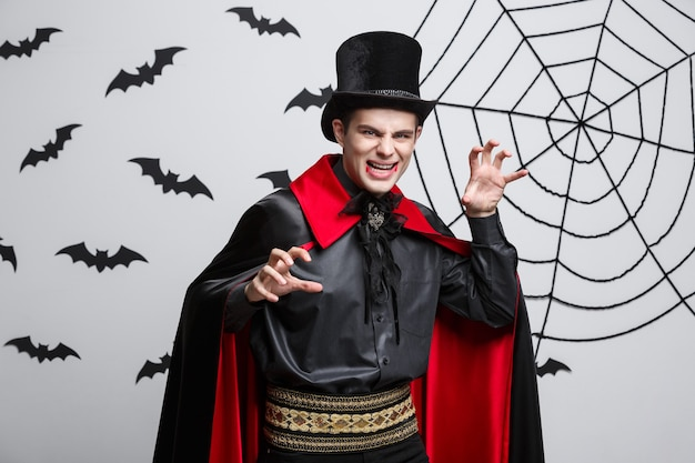 Vampire halloween concept - portret van het boze kaukasische vampier schreeuwen.