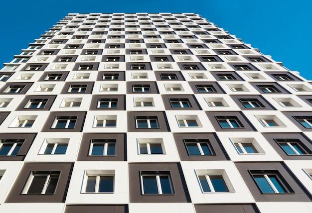 Van beneden geschoten van modern en nieuw flatgebouw.