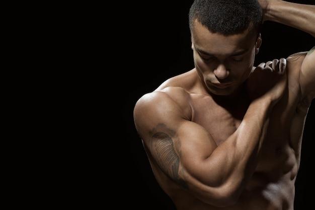 Van binnen in evenwicht. portret van een aantrekkelijke fit mannelijke poseren op zwart