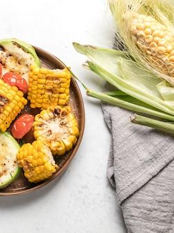 Van boven gegrilde groenten op gerechten