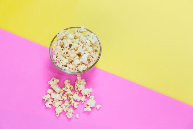 Van boven gezien van zoute popcorn in kom, bovenaanzicht