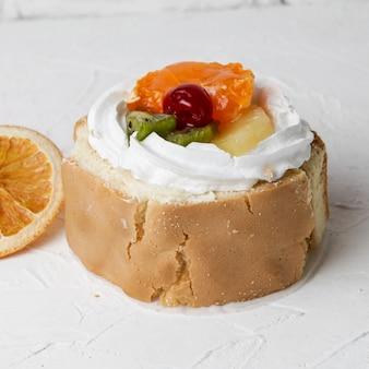 Van boven mini cake met gedroogde sinaasappel