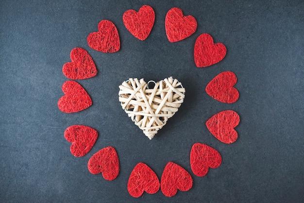 Van bovenaf bestond de samenstelling van ornament wit hart tussen cirkel uit symbolen van rood hart op zwart