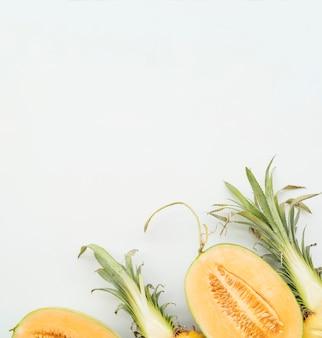 Van bovenaf gesneden tropisch fruit