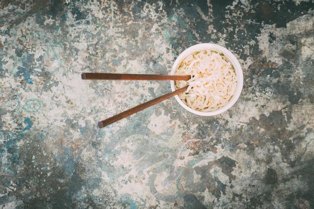 Van bovenaf heerlijke warme chinese noedels. focus. straatvoedsel.